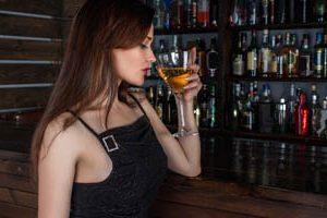 Mädchen geniesst ein Glas Wein
